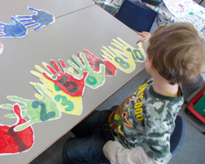 boy_counting_hands